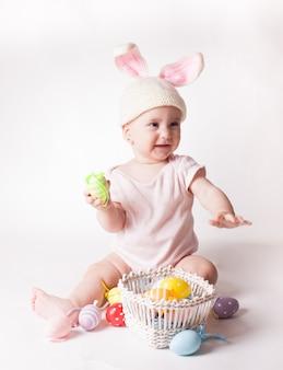 Babymeisje in een konijnenhoed
