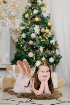 Babymeisje in kerstmisbinnenland