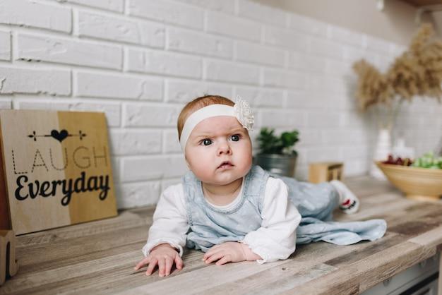 Babymeisje met een zeer nieuwsgierig gezicht en hoofdband