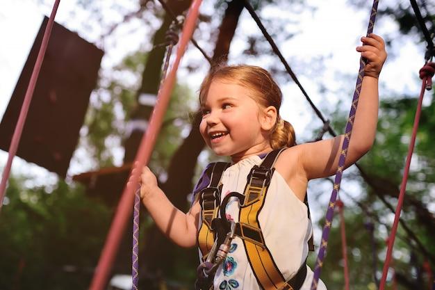 Babymeisje op een achtergrond van het kabelpark