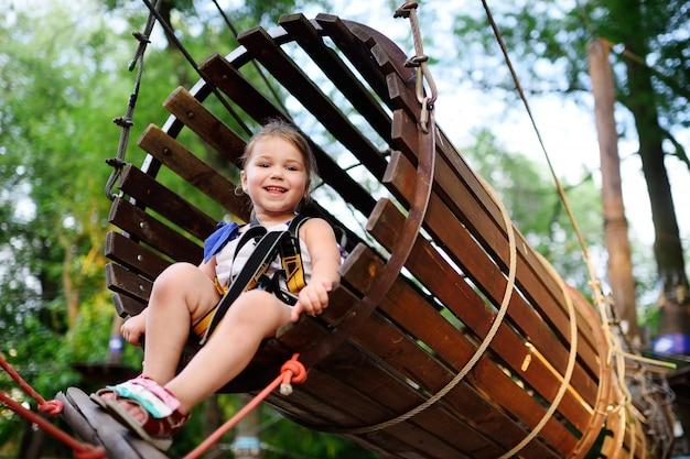 Babymeisje op een kabelpark