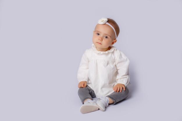 Babymeisje op wit