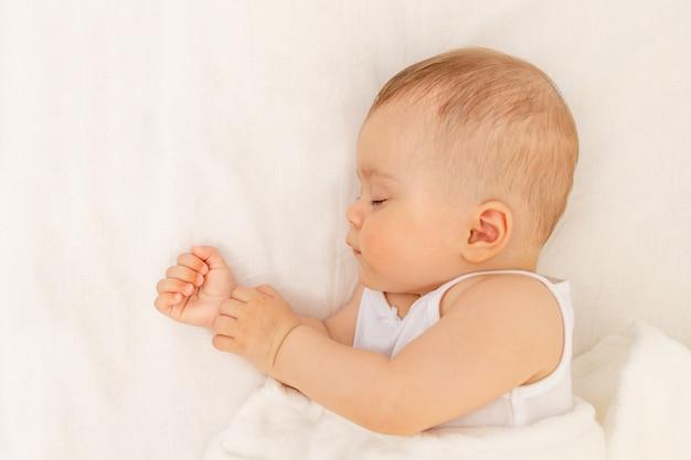 Babymeisje slapen in een witte bed gezonde babyslaap