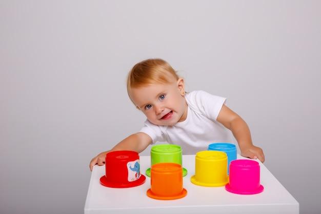 Babymeisje speelgoed spelen
