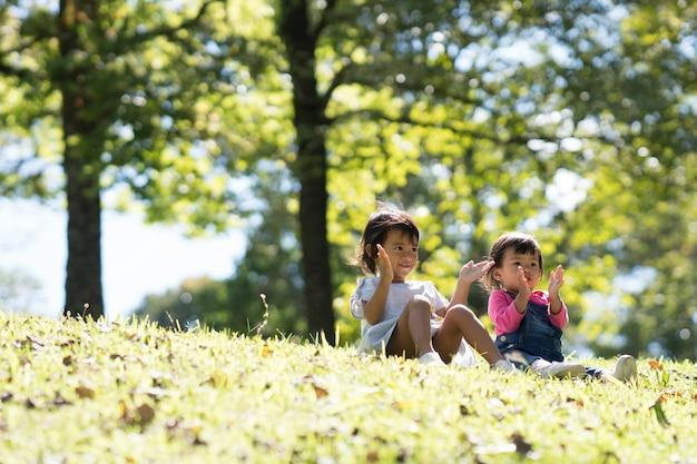 Babymeisjes spelen in park