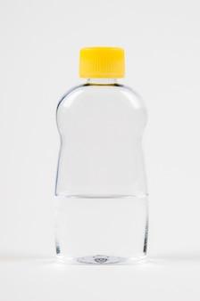 Babyolie voor lichaamsmassage in een doorzichtige fles op een witte achtergrond
