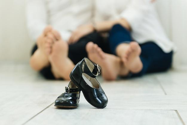 Babyschoenen kind met blote voeten ouders