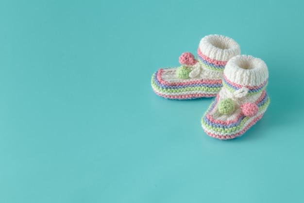 Babyschoenen op aquamarijnachtergrond