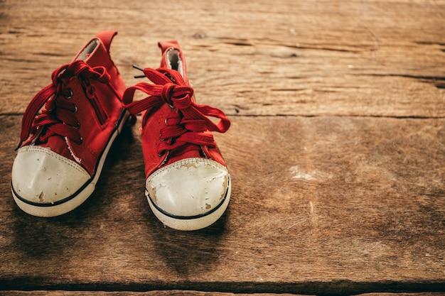 Babyschoenen op houten achtergrond