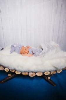 Babyslaap op pluizig wit hoofdkussen