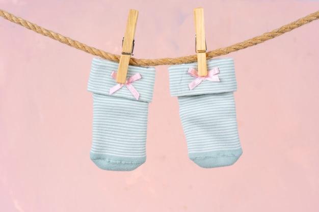 Babysokjes aan een waslijn. babykleertjes wassen