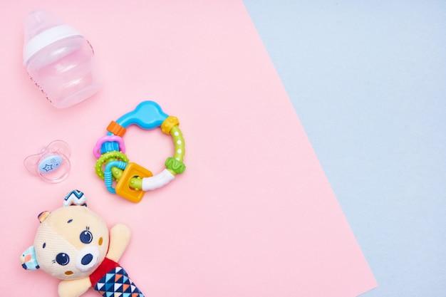 Babytoebehoren op roze en blauwe achtergrond. plat leggen. bovenaanzicht kopieer ruimte.