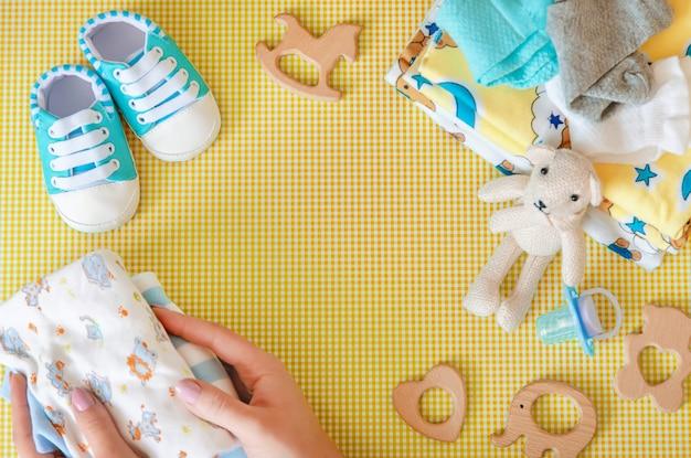Babytoebehoren voor pasgeborenen op een gekleurde achtergrond.