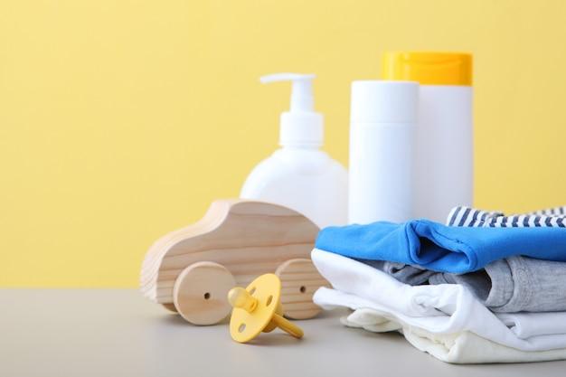 Babyverzorgingsproducten op tafel dagelijkse babyverzorgingsproducten voor huidverzorging
