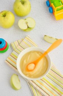 Babyvoeding huisgemaakte appelpuree of saus in een kom