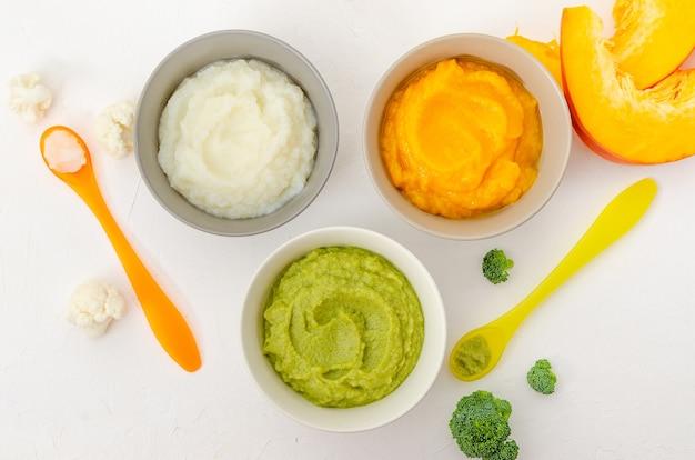 Babyvoeding variatie van de drie huisgemaakte groentepuree in kommetjes