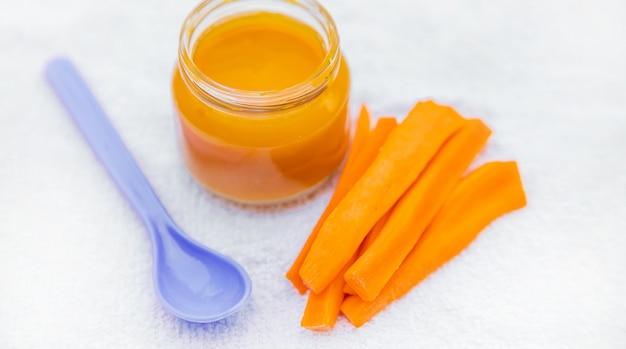 Babyvoedsel. fijngestampte groenten en fruit in potten. selectieve aandacht.
