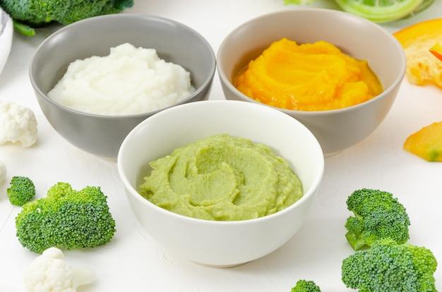 Babyvoedsel. variatie van de drie groentepuree in kommen.