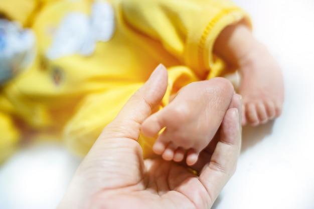 Babyvoeten in moederhanden
