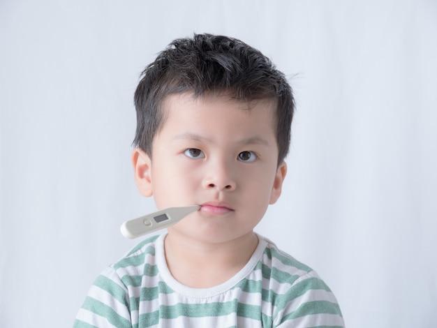 Babyzitting met thermometer in zijn mond.