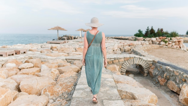 Bach-mening van hogere toeristenvrouw bij het strand