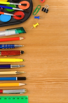Back to school concept en kantoorbenodigdheden op hout