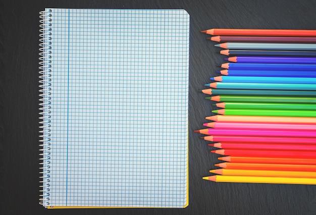 Back to school potloden regenboog en gelinieerd notitieboekje, retro getint