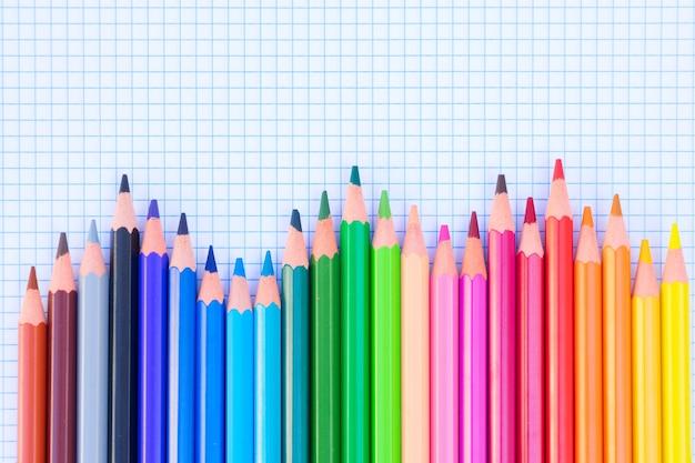 Back to school potloden regenboog op gelinieerd papier