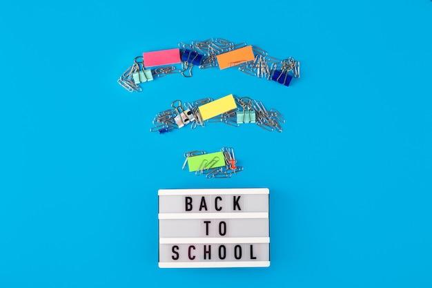 Back to school staat op een decoratief paneel naast het kantoor, in de vorm van een wai fai-symbool