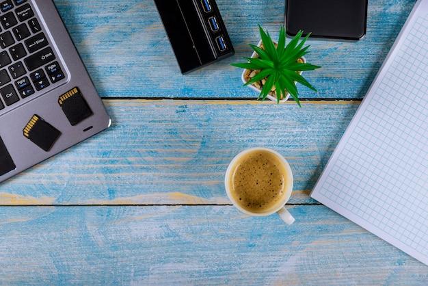 Back-up fotobestand sd veilige digitale kaartlezeradapter met laptop computer foto's overbrengen naar externe harde schijf werkplek met kladblok
