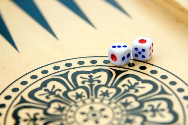 Backgammon dobbelstenen