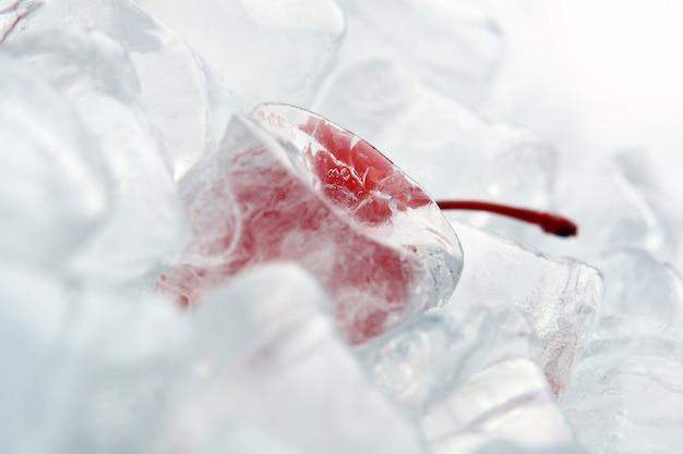 Backgroung met dessertchery in ijs