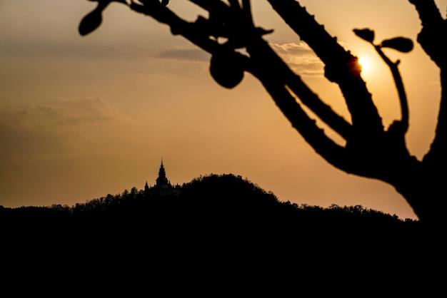 Backlit bergen en vlaktes met een prachtige zonsopgang focus berg