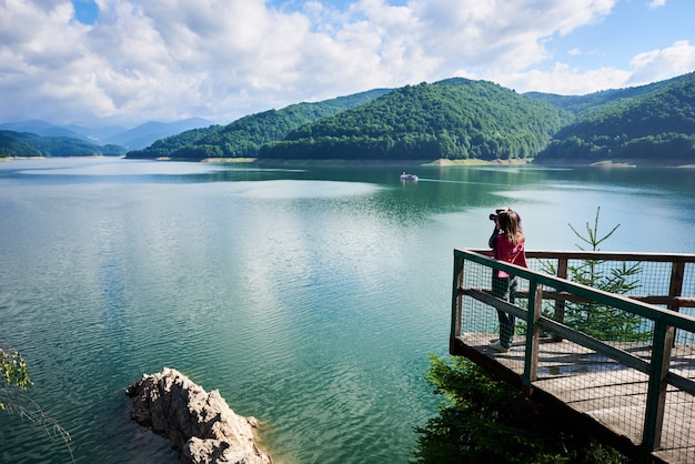 Backpacken bij dam vidraru lake in roemenië