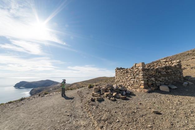 Backpacker die de majestueuze inca trails op island of the sun verkent