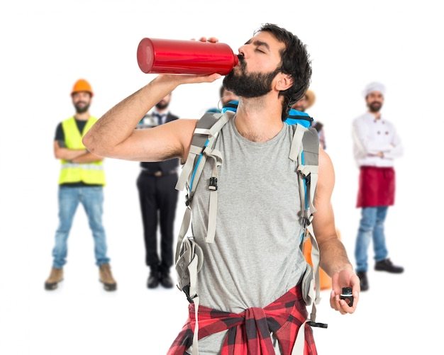 Backpacker drinkwater over witte achtergrond