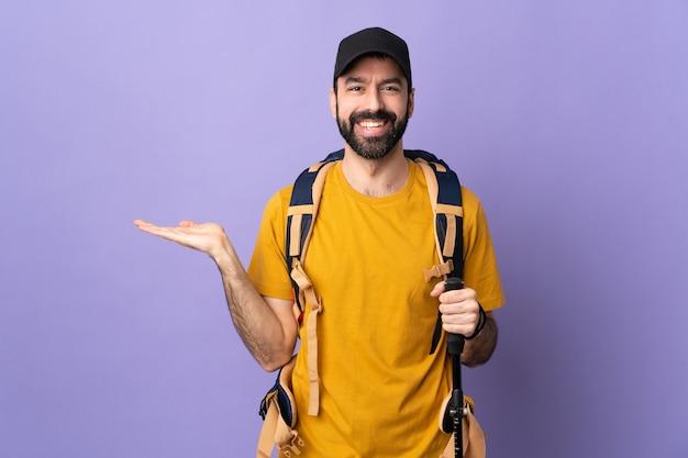 Backpacker of avonturier man geïsoleerd