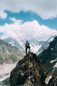 Backpacker op de top van de chamonix alpen in frankrijk