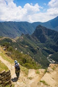 Backpacker op inca trail, verkenning van machu picchu