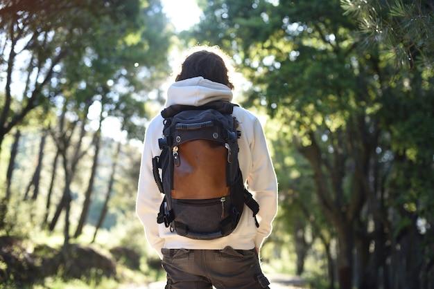 Backpacker op zijn rug midden in het bos