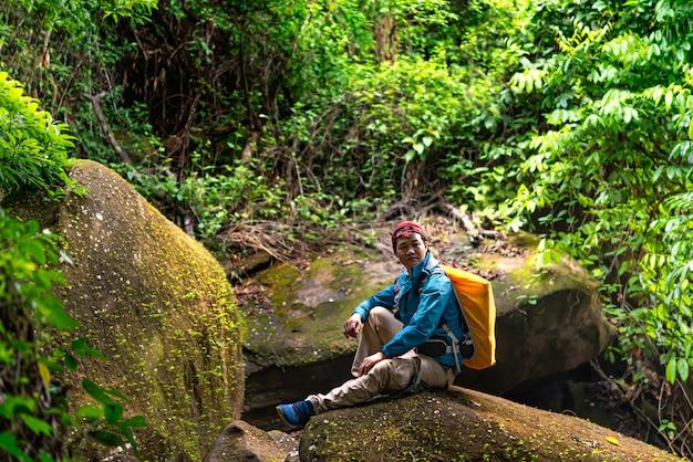 Backpacker reizen in het regenwoud