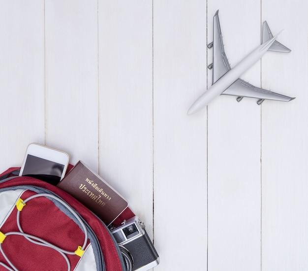 Backpacker traveler-voorwerp met stuk speelgoed vliegtuigreis
