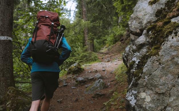 Backpacker wandelen in de vallei van chamonix
