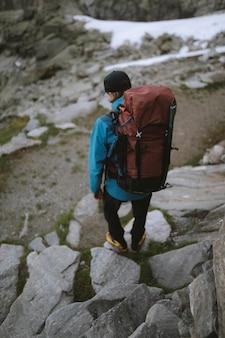 Backpacker wandelen langs de mer de glace in frankrijk