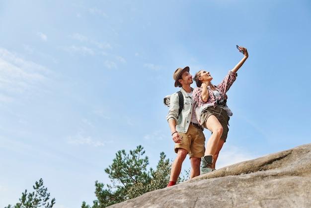 Backpackers die een selfie maken tijdens een wandeltocht