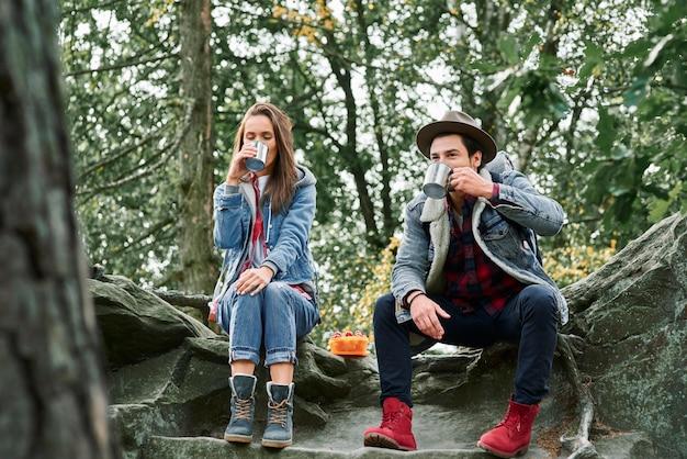 Backpackers die koffie of thee drinken tijdens het wandelen