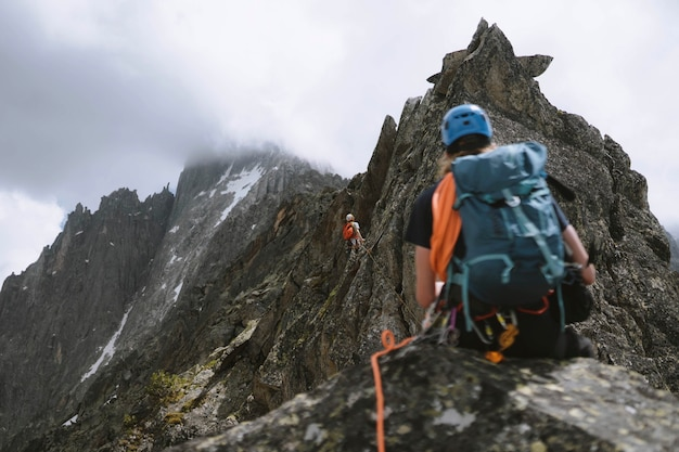 Backpackers zip-voering door de chamonix alpen in frankrijk