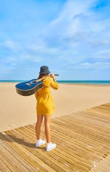 Backshot van een blanke tiener op het strand