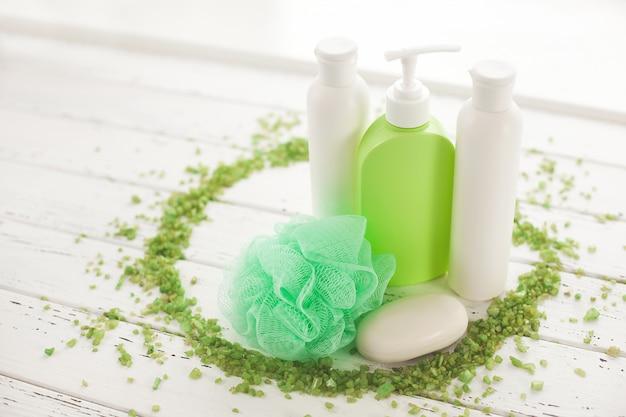 Bad accessoires. shampoo, balsem buizen. huidverzorgingsproducten. vrouwen cosmetica voor douche.