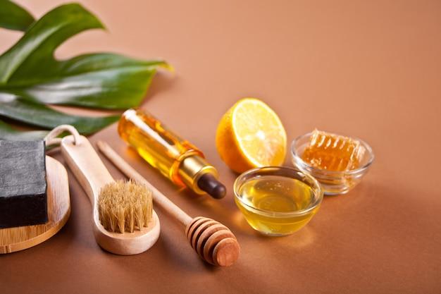 Bad en beauty spa persoonlijke hugiene accessoires op de bruine achtergrond.